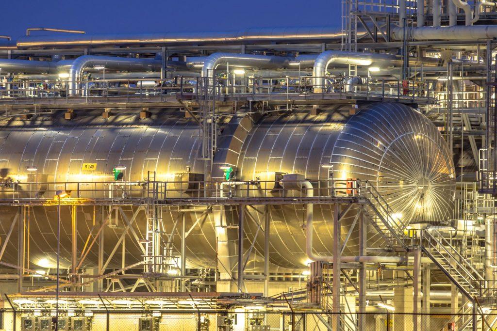 Sicht auf einen großen Container einer Chemiefabrik