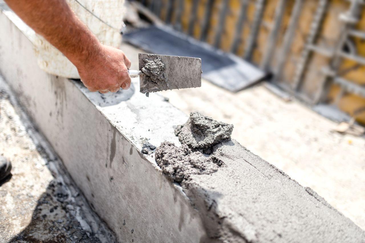 Betontrennmittel wird auf Betonwand gespachtelt