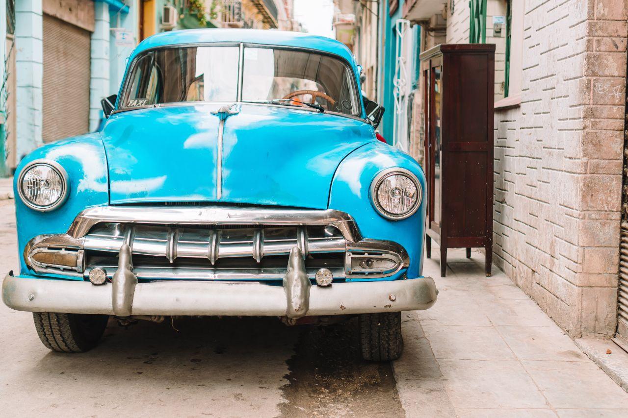 Altes blaues Auto steht in einer Straße