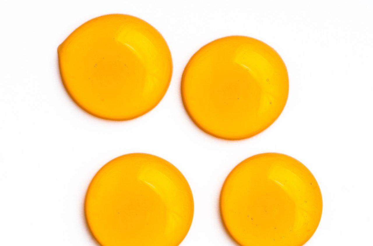 Vier gelbe kreisförmige Fette