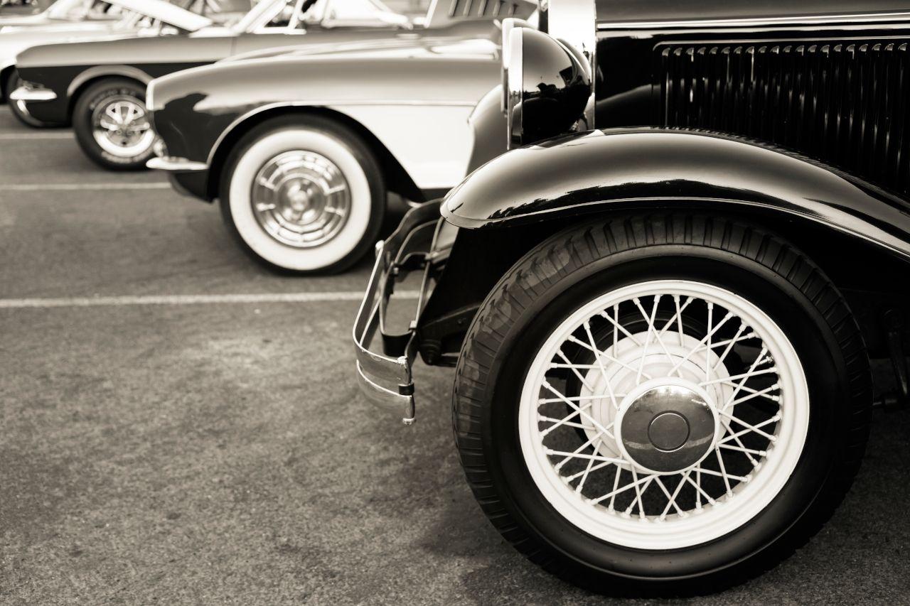 Alte Autos stehen in einer Reihe
