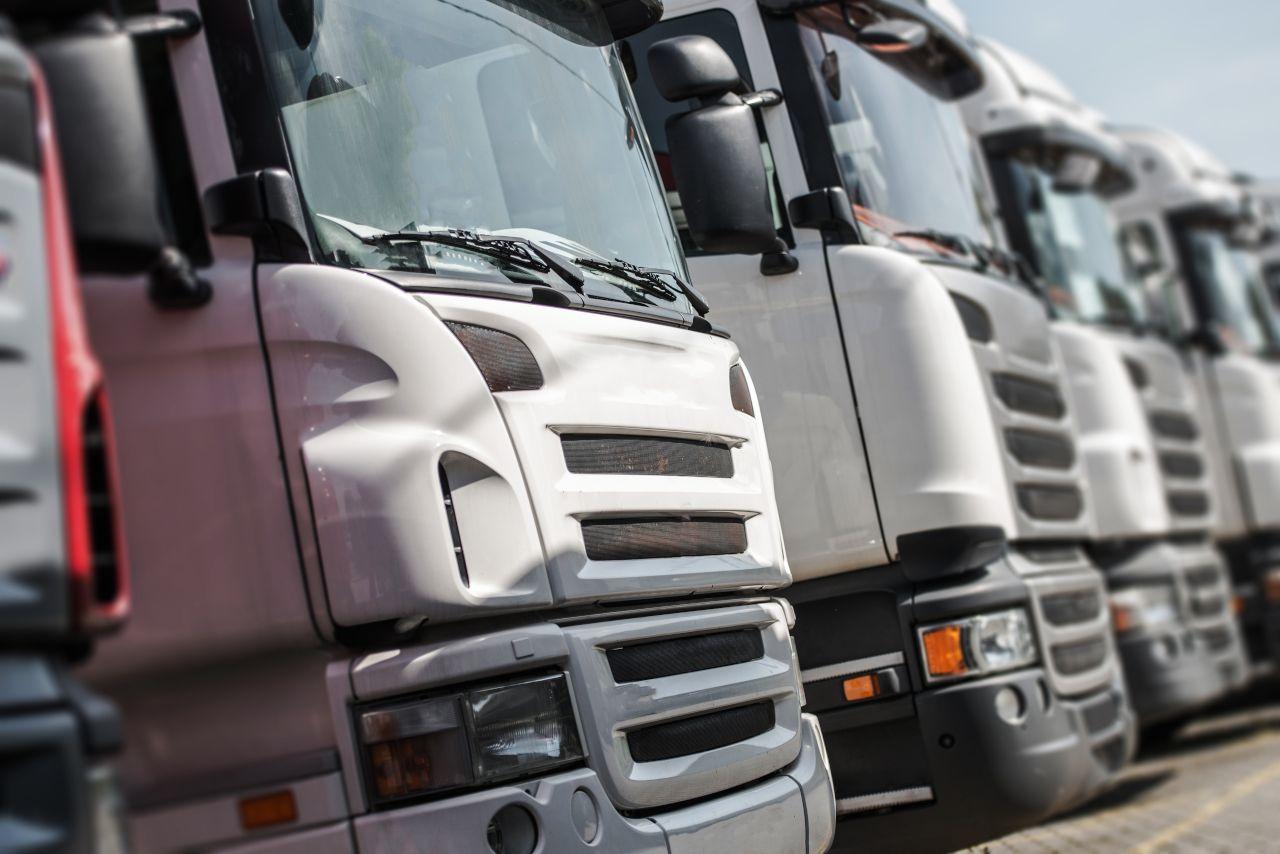 LKWs stehen in einer Reihe